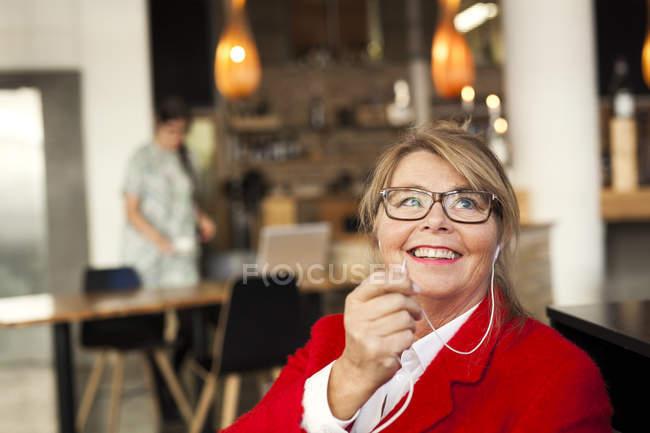 Щасливі бізнес-леді говорив через навушники — стокове фото