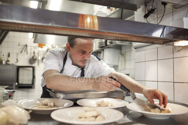 Chef serving food — Stock Photo