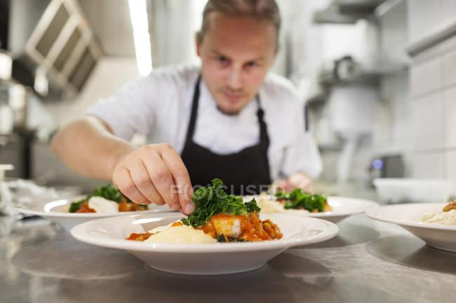 Chef comida de guarnición - foto de stock