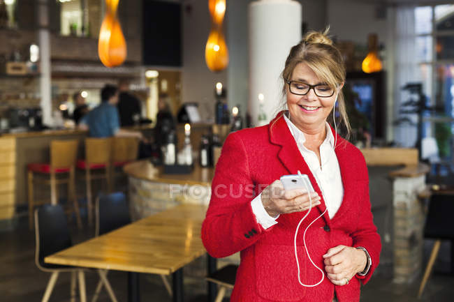 Donna d'affari felice utilizzando smart phone — Foto stock