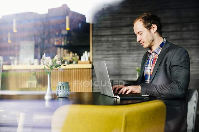 Homme d'affaires utilisant un ordinateur portable — Photo de stock