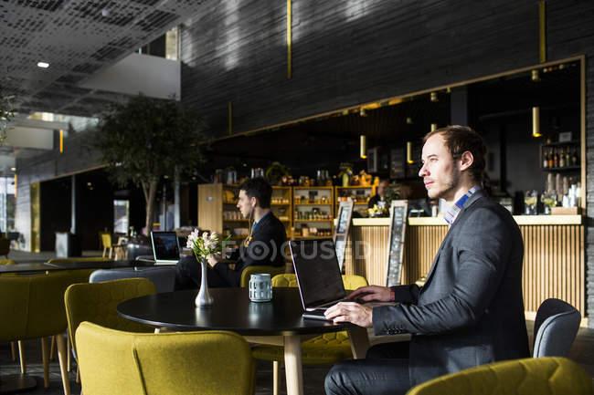Empresarios usando laptop - foto de stock