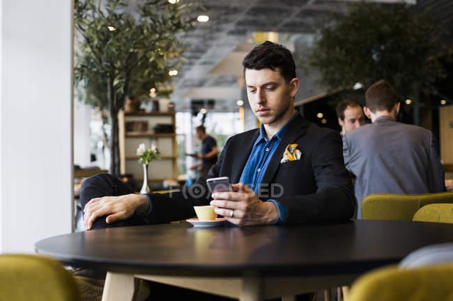 Homem sério, usando o telefone — Fotografia de Stock