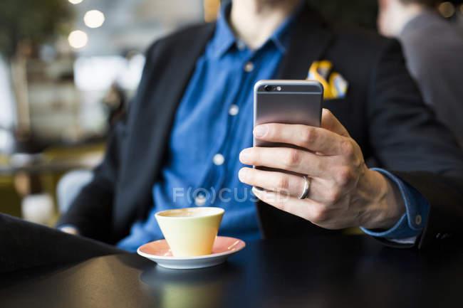 Empresario usando teléfono inteligente - foto de stock