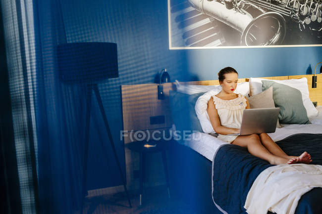 Donna d'affari che utilizza laptop — Foto stock