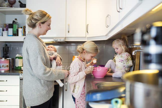 Family preparing pancake — Stock Photo