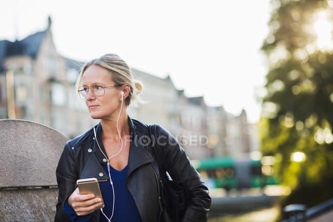 Mature femme écouter de la musique — Photo de stock