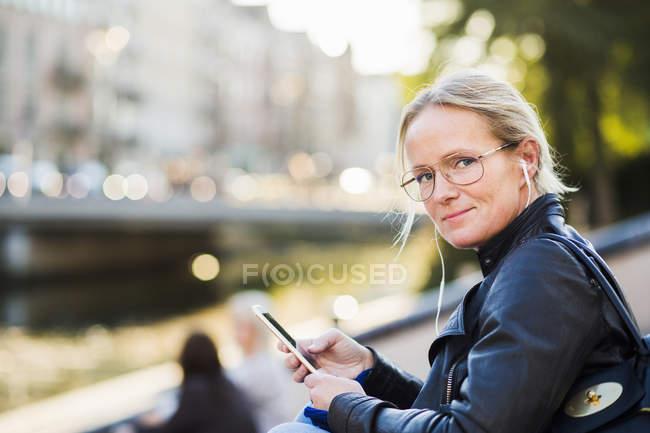Зрілі жінки, використовуючи смарт-телефон — стокове фото