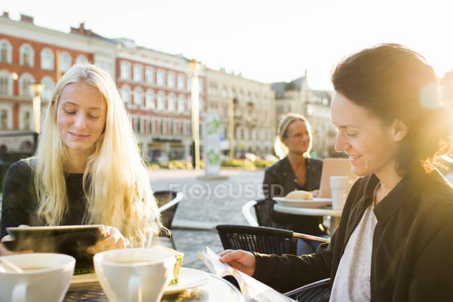 Smiling teenagers studying — Stock Photo