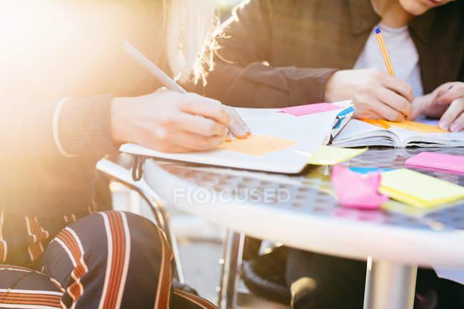 Підлітковий друзів, написання книги — стокове фото