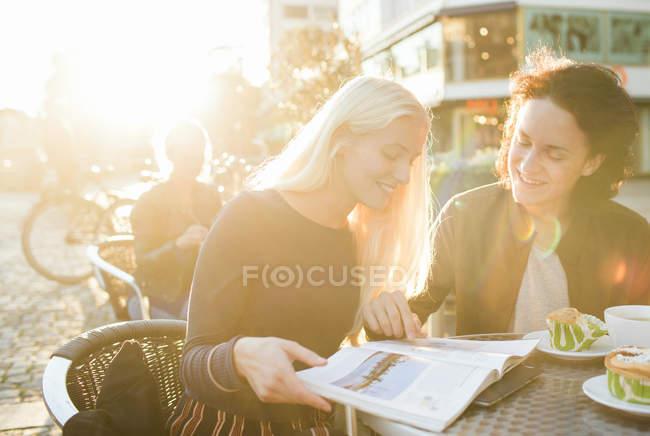 Happy teenage friends studying — Stock Photo