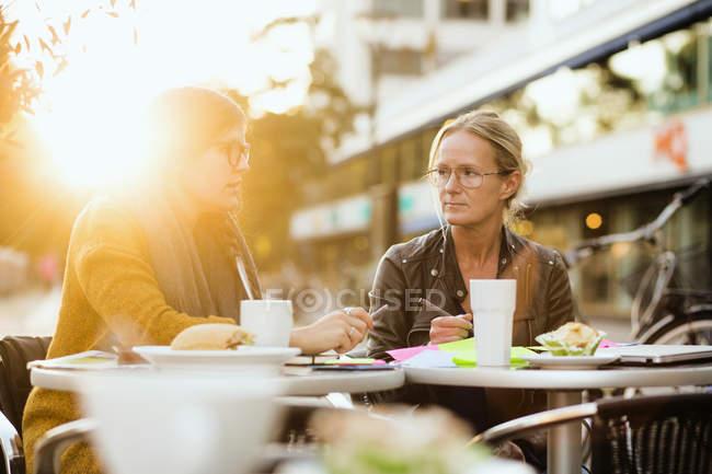 Femme discuter avec un collègue au sujet du projet — Photo de stock