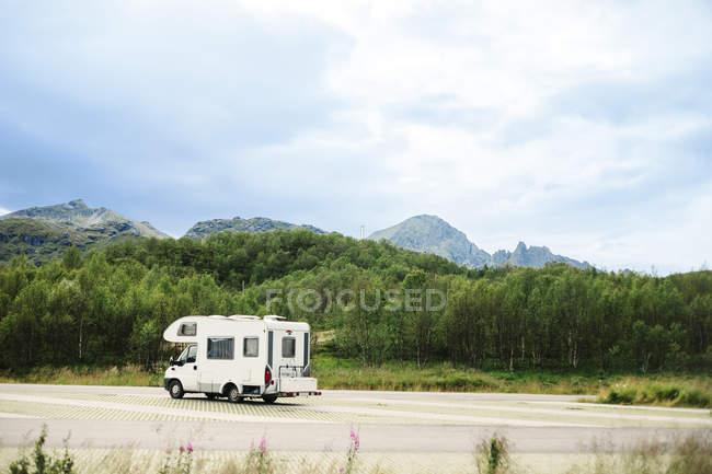 Caravane sur route de montagne — Photo de stock