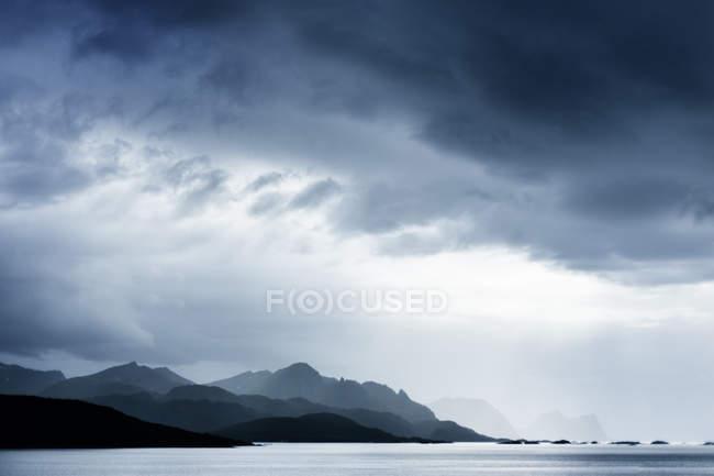 Silhouette chaîne de montagnes — Photo de stock