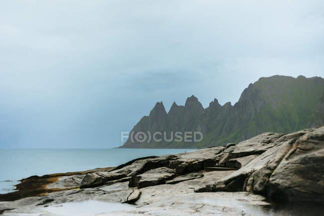 Visión idílica de montañas rocosas - foto de stock