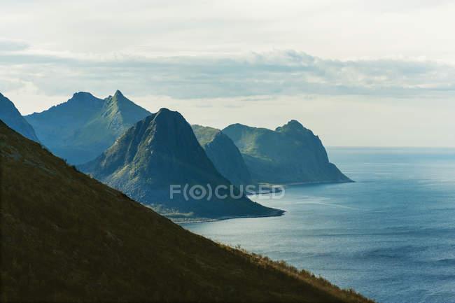Vista de las montañas y el mar - foto de stock