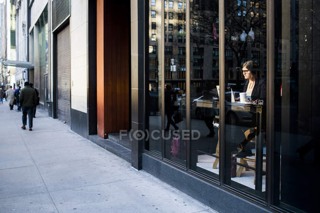 Businesswoman sitting at coffee shop — Stock Photo