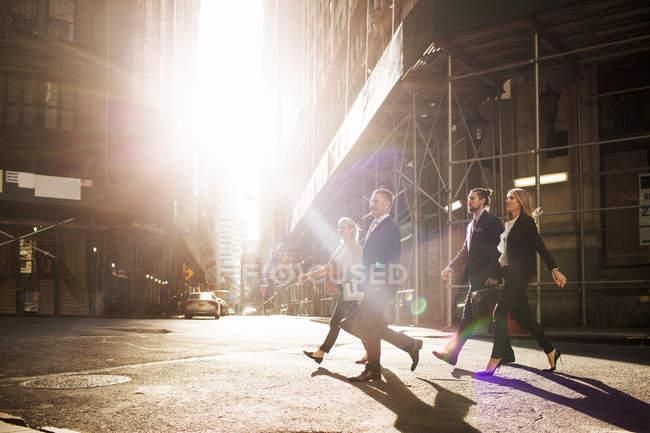 Geschäftsleute gehen auf Stadtstraße — Stockfoto
