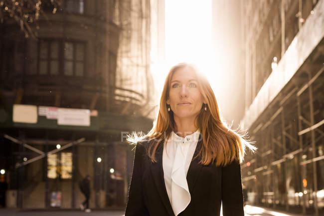 Geschäftsfrau stehend gegen Gebäude — Stockfoto