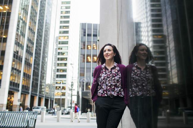 Бізнес-леді стоячи скла вікна в місті — стокове фото