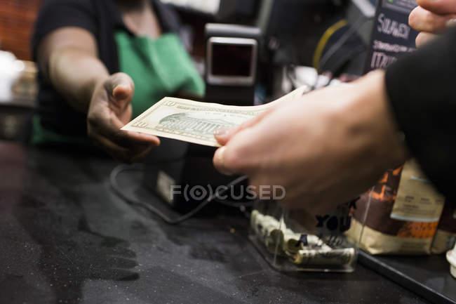 Бізнесмен дає гроші для постачальників — стокове фото