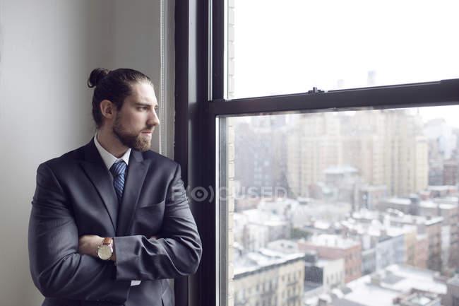 Imprenditore in piedi con le braccia incrociate — Foto stock