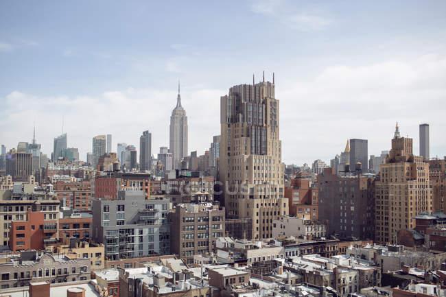 Paisagem urbana moderna contra o céu — Fotografia de Stock