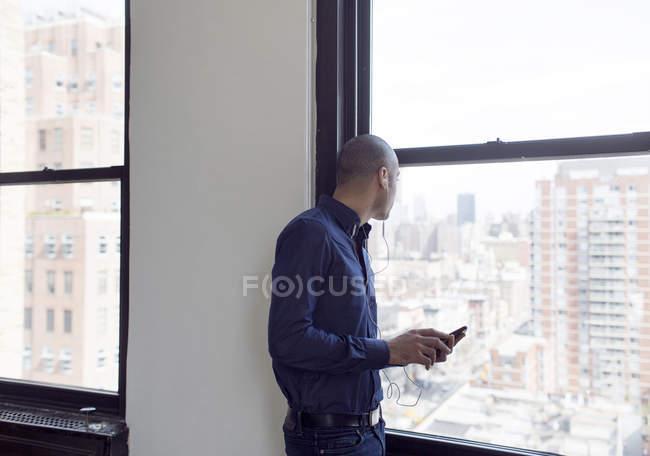 Uomo d'affari che ascolta musica con le cuffie — Foto stock