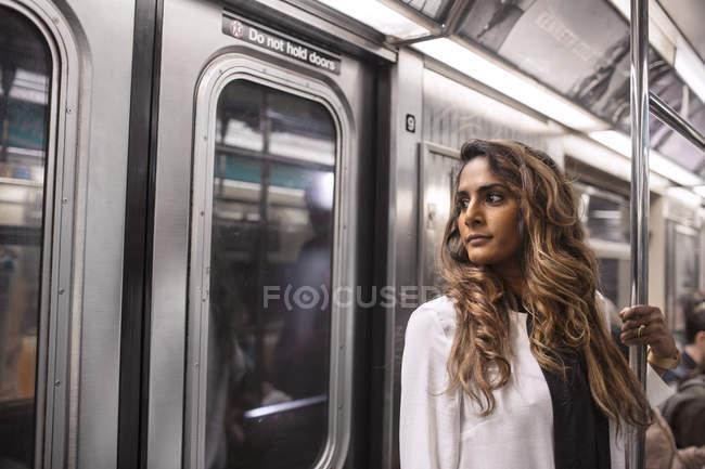 Femme d'affaires regardant par la fenêtre dans le métro — Photo de stock