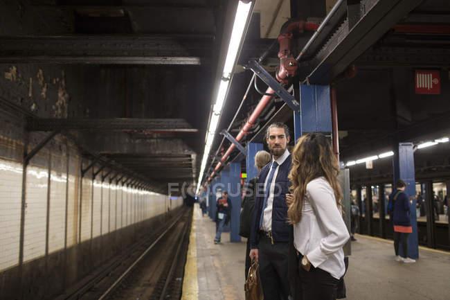 Коллеги ждут поезда — стоковое фото