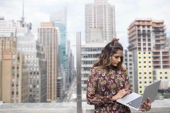 Mujer mirando el ordenador portátil - foto de stock