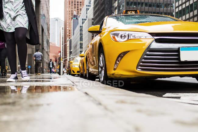 Тротуар на жёлтых такси — стоковое фото