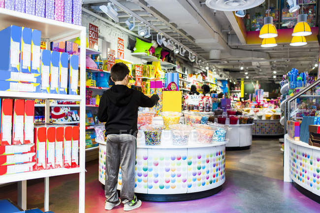 Boy buying candies at shop — Stock Photo