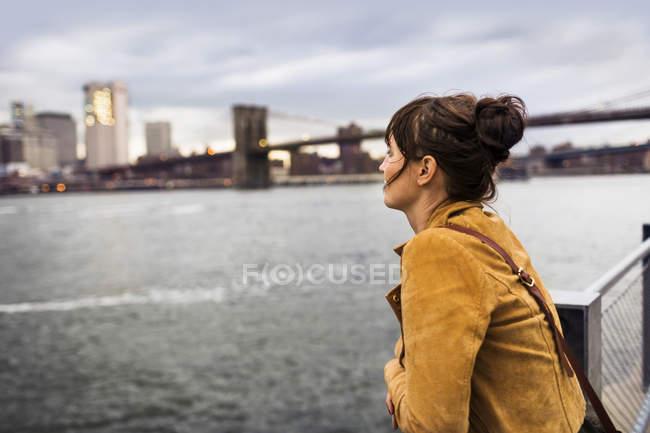 Donna guardando East River — Foto stock