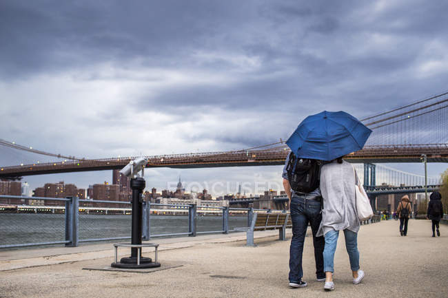 Personnes marchant sur le sentier près de East River — Photo de stock