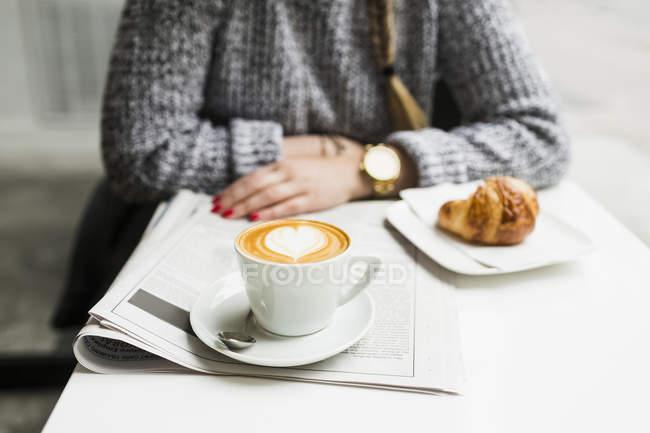 Женщина с кофе и газеты — стоковое фото