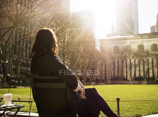 Frau sitzt auf der Bank am Bryant Park — Stockfoto