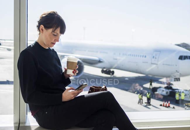 Donna utilizzando il telefono — Foto stock