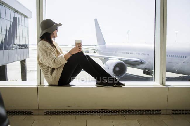 Mulher segurando café descartável — Fotografia de Stock