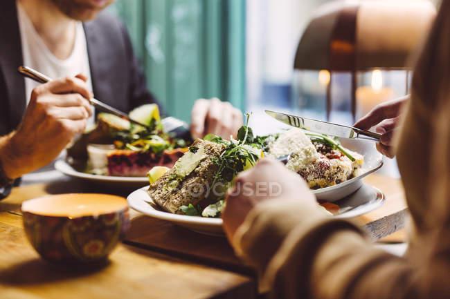 Zwei Männer mit Mittagessen — Stockfoto