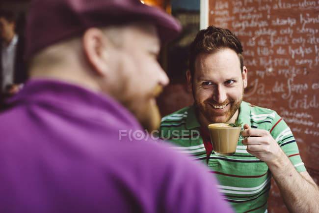Zwei Männer, die Kaffee im café — Stockfoto