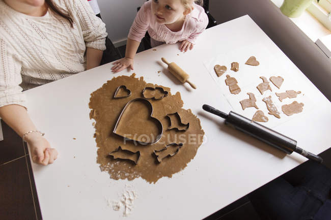 Mother and daughter preparing cookies at home — Stock Photo