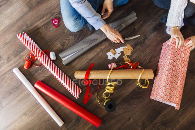 Man and woman wrapping gifts at home — Stock Photo