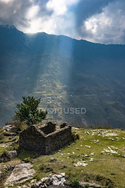 Alte Ruinen auf Hügel gegen bewölktem Himmel — Stockfoto