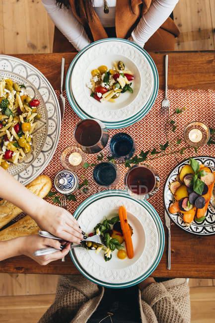 Hände, die Speisen an Freunde — Stockfoto