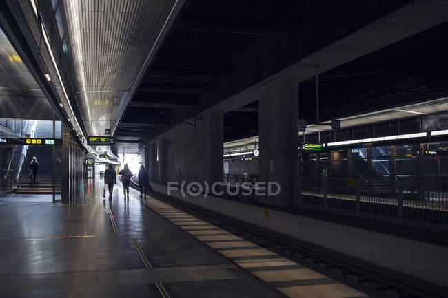 Friends walking at station — Stock Photo