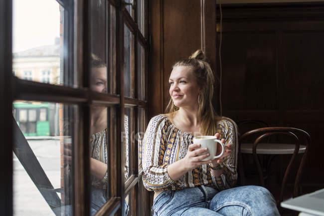 Nachdenkliche Frau Blick durch Fenster — Stockfoto