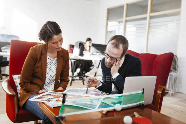 Business colleagues discussing — Stock Photo