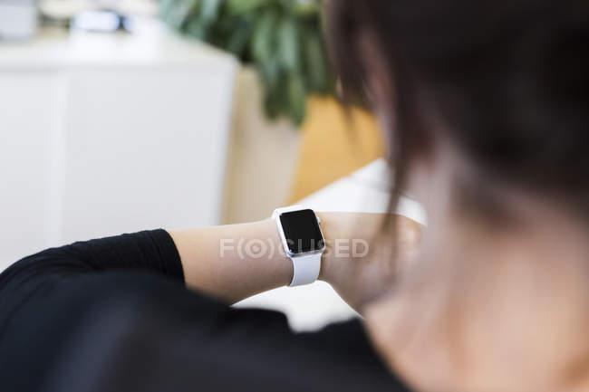 Деловая женщина носит умные часы — стоковое фото