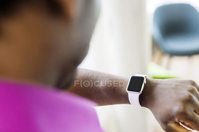 Geschäftsmann trägt smarte Uhr — Stockfoto